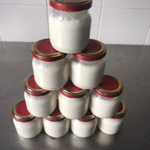 Barattoli di yogurt cremoso naturale