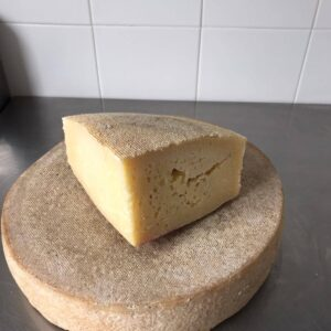 Pezzo di formaggio Casera stagionato
