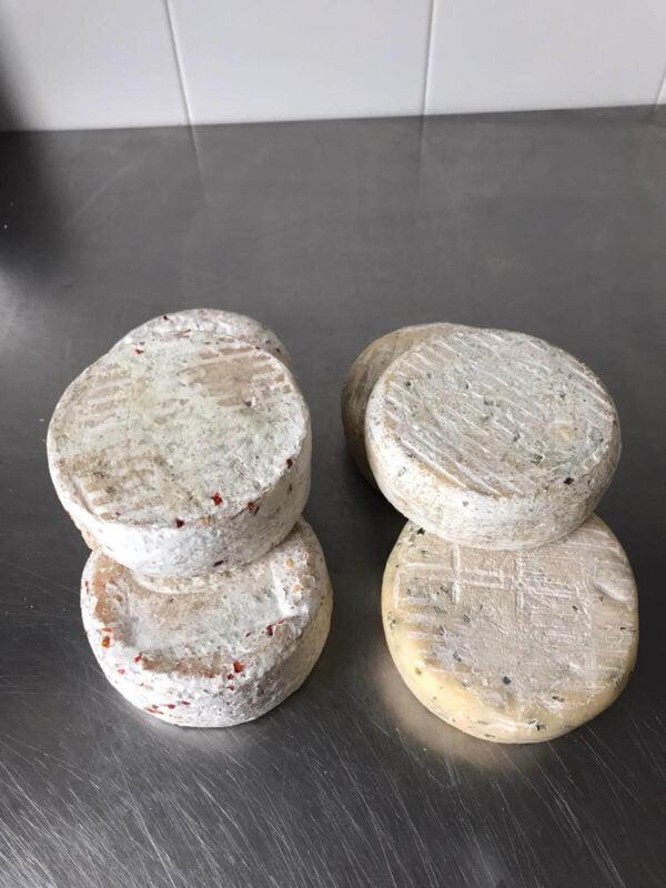 Forme di formaggi al peperoncino e erba cipollina