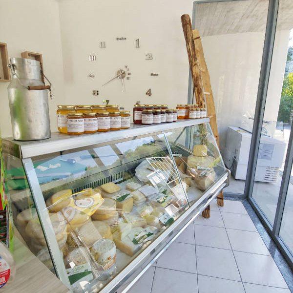 Bancone di formaggi e miele all'Agrinegus di Oneta